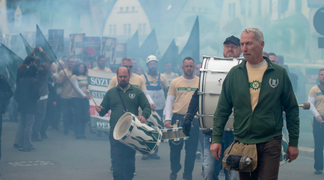 Der Parteivorsitzende Klaus Armstroff führt den Demonstrationszug des Dritten Weg an.