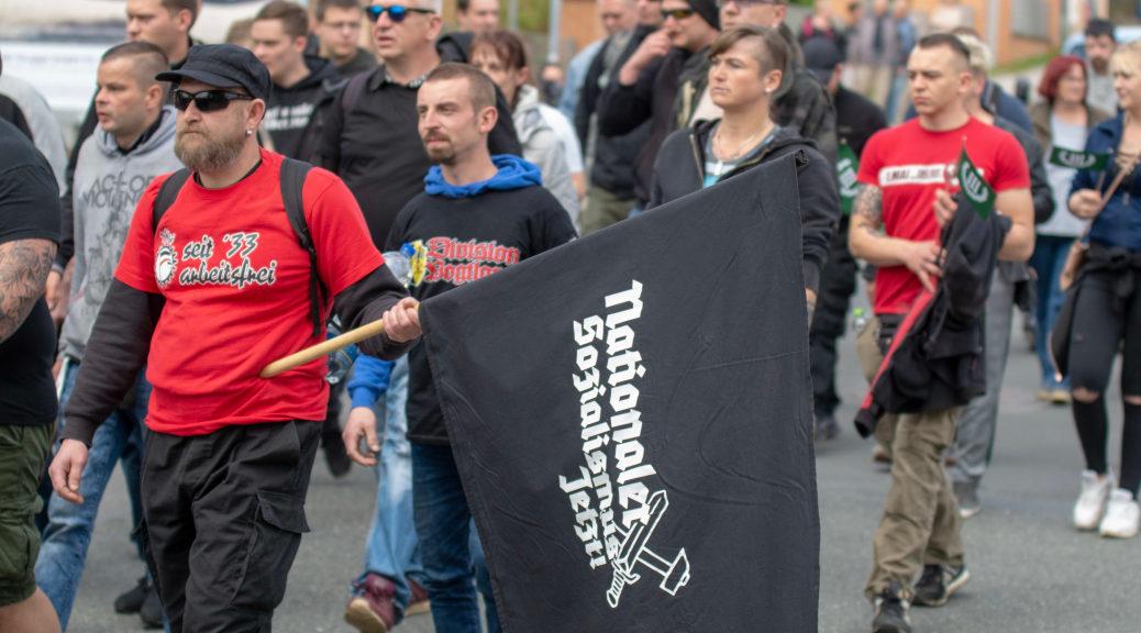 »NS jetzt« ist nur eine der unverhohlenen Forderungen der durch Plauen marschierenden Neonazis der Partei Der Dritte Weg. ©S. Lipp