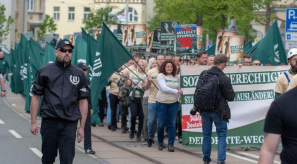 Auch aus Südschwaben reisten Teilnehmer und Funktionäre des teils militärisch anmutenden Maiaufmarsches der Partei Der Dritte Weg an. ©S. Lipp