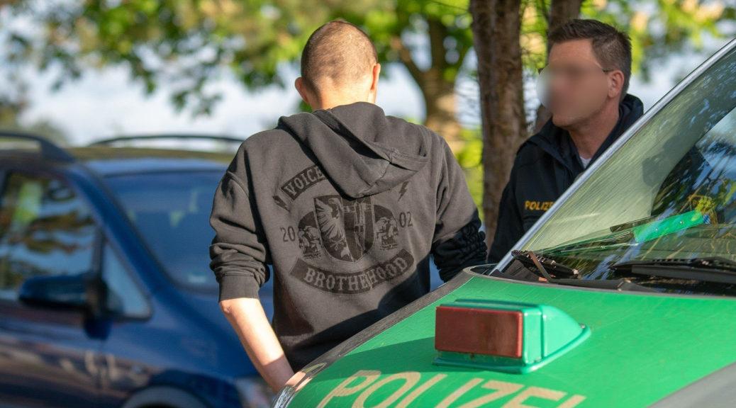 Im Pullover der Skinheadkameradschaft Voice of Anger verhandelt NPD-Mann Achim Kast in Billenhausen mit der Polizei. Später am Abend steht er mit der Parteispitze auf der Bühne.