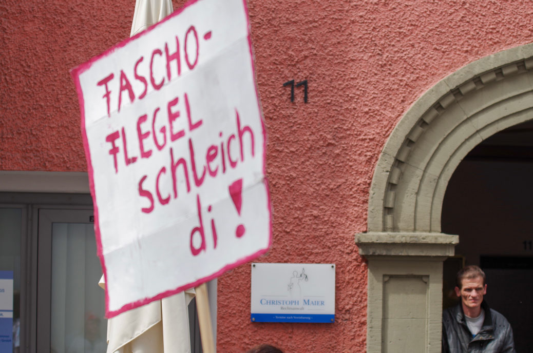 »Fascho-Flegel schleich di!« Eine Demonstrantin protestiert vor dem Büro des AfD-Landtagsabgeordneten Christoph Maier.