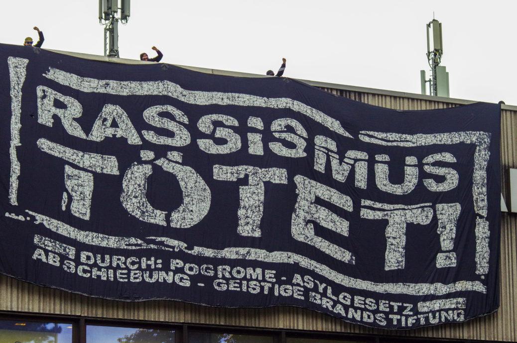 »Rassismus tötet!« Unter dem Jubel des Demonstrationszugs entrollten Unbekannte dieses riesige Transparent vom Dach des Karstadt.