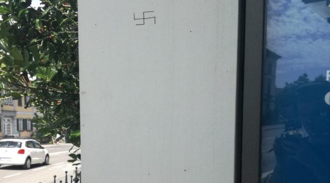 An einer Bushaltestelle am Frauentor entdeckt ein Leser ein Hakenkreuz. Die Polizei stellt im Umfeld »keine derartige Schmierereien fest«.