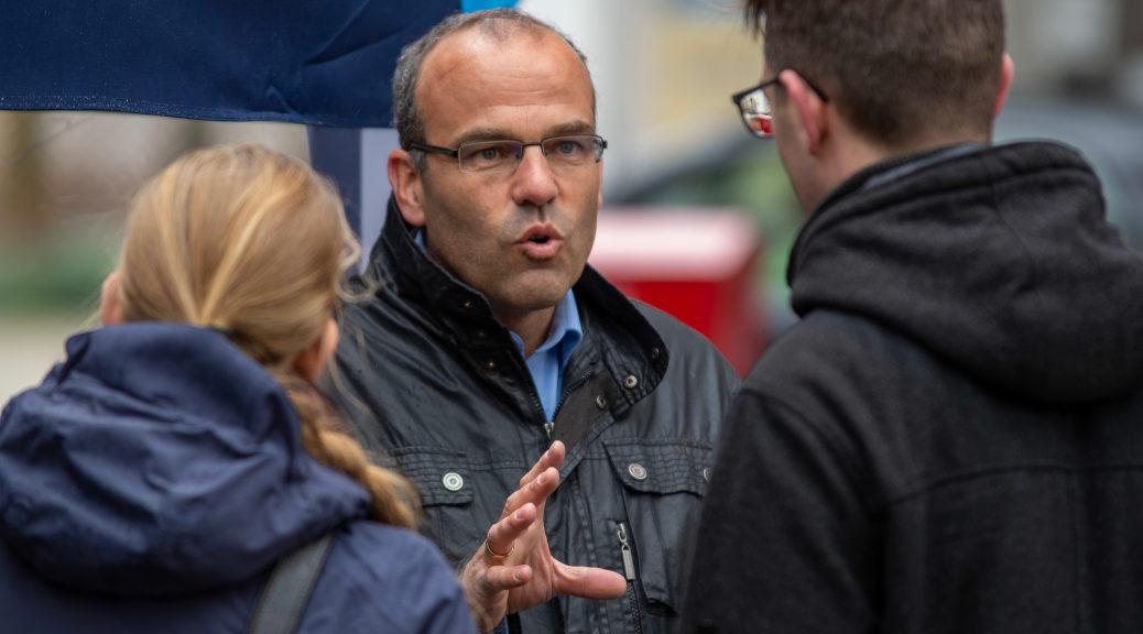 Rainer Rothfuß diskutiert während eines Infostandes zum Europawahlkampf der AfD am 27. April 2019 in Lindenberg mit Gegendemonstranten.