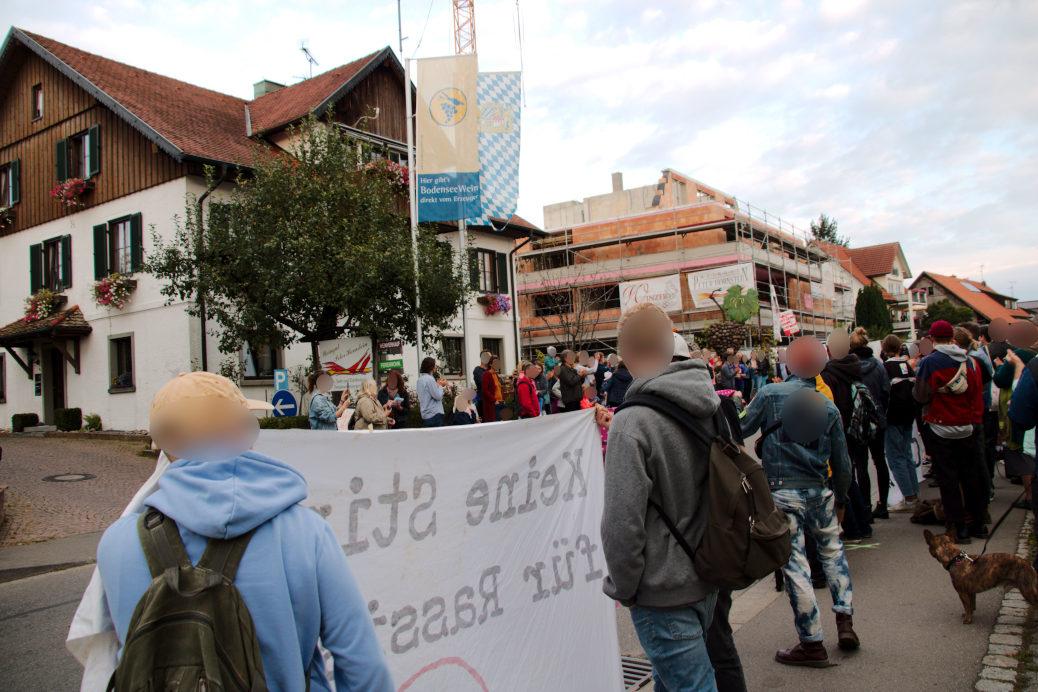 Bis zu 200 Menschen demonstrieren vor dem Weingut Peter Hornstein in Nonnenhorn gegen die AfD (Photo: Keine Stimme für Rassismus)