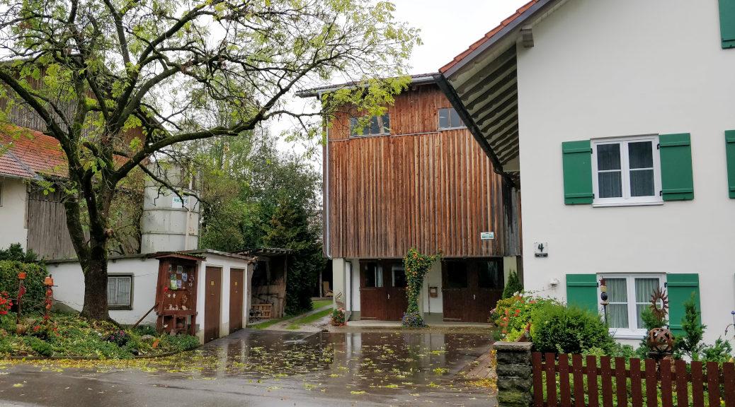 So unscheinbar kommt der einstige Anastasia-Landsitz von Robert Briechle in Unterthingau daher. Bis heute findet am Mutterhof der wöchentliche Obst- und Gemüsemarkt des Ortes statt.