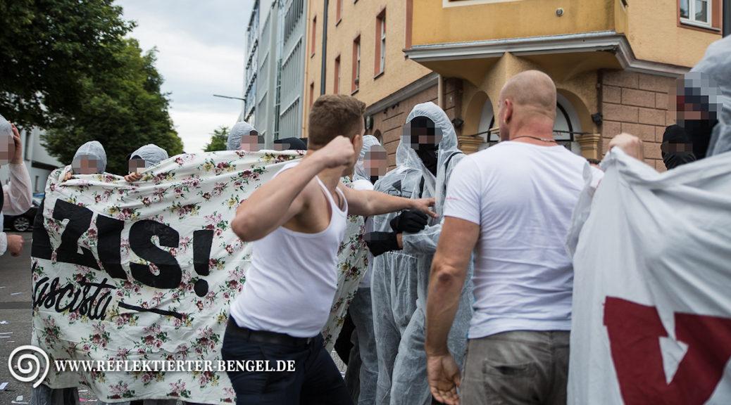 Am Rande einer Wahlparty der Münchner AfD am 4. September 2016 holt Chris Ares zum Schlag gegen AfD-Gegner aus. Neben ihm: Rick W., der die Knusperhütte anmietete. (Photo: Reflektierter-Bengel.de)