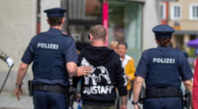 Neonazi muss Hakenkreuz-Tattoo entfernen lassen