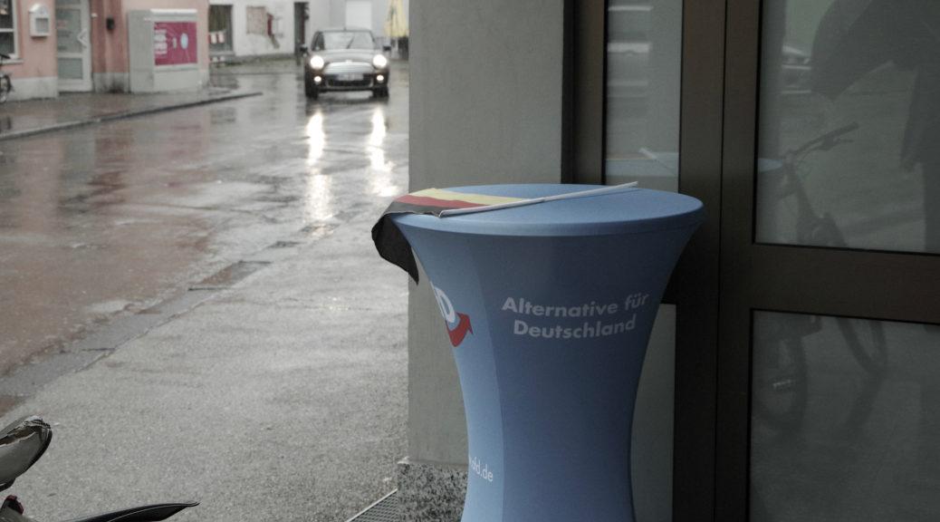 Zur Eröffnung des Wahlkreisbüros der AfD unter Christoph Maier am 5. Oktober 2019 bleibt die Türe zeitweise geschlossen, um Reporter fern zu halten.