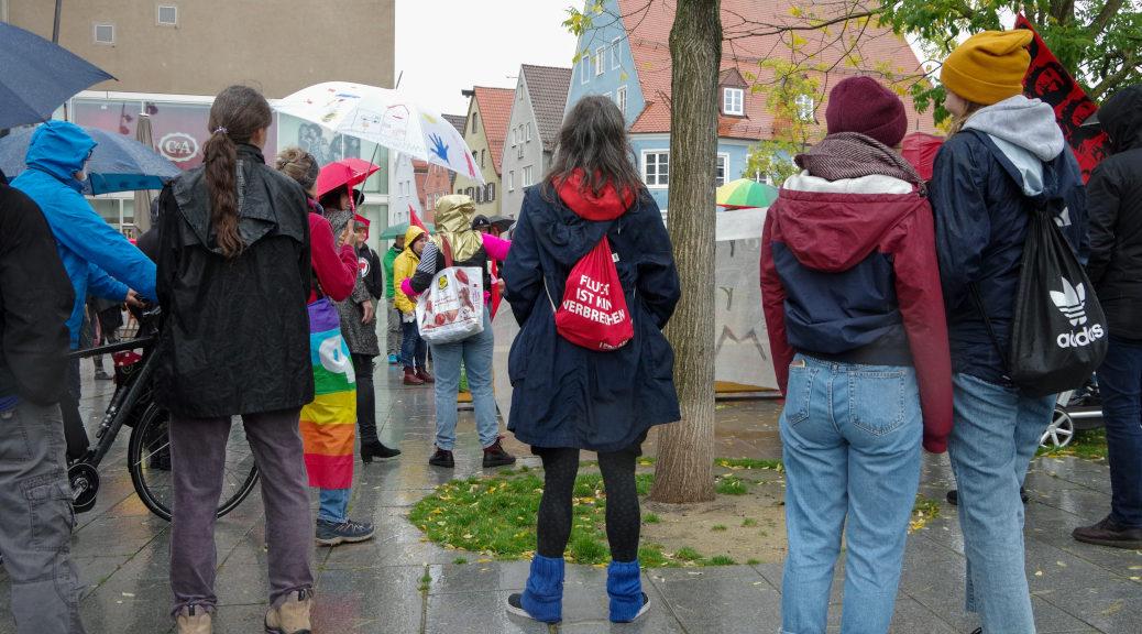 Bis zu 100 Menschen demonstrieren am 5. Oktober 2019 gegen die Eröffnung des Wahlkreisbüros des AfD-Landtagsabgeordneten Christoph Maier in Memmingen.