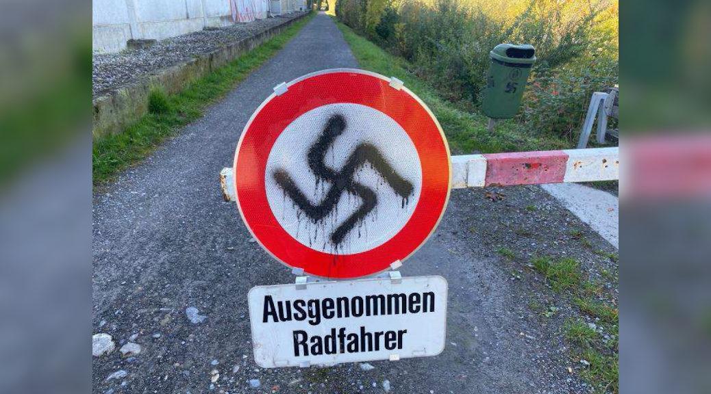 Hakenkreuze und SS-Runen schmieren Unbekannte am 16. Oktober in Lauterach an Gebäudefassaden, Fenster, Verkehrsschilder und Werbetafeln. (Bild: Polizei)