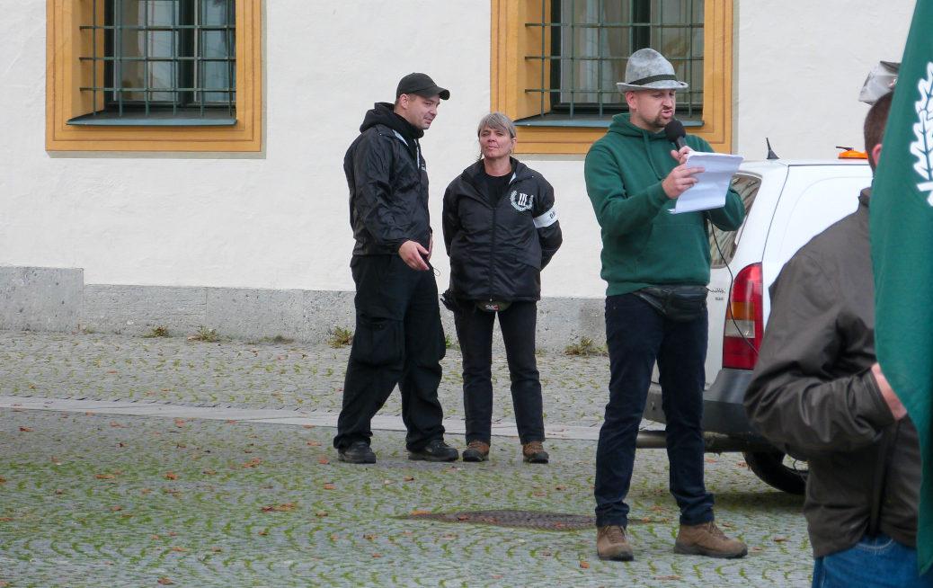 Ein Aktivist aus der Region, der mit Voice of Anger bei Herzblut in Memmingen Kampfsport trainiert, hielt während eines Aufmarsches der Partei Der Dritte Weg in Kempten einen Redebeitrag.