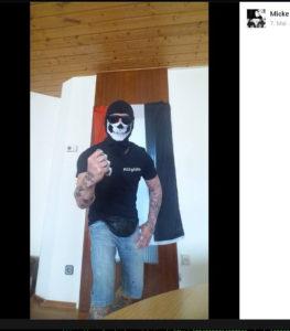 Online posierte Michael Kleemann als Gründer von »Allgida Kempten« mit einem Schlagring vor einer schwarz-weiß-roten Fahne. (Screenshot Facebook)