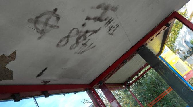 Neonazischmierereien an Bushaltestelle