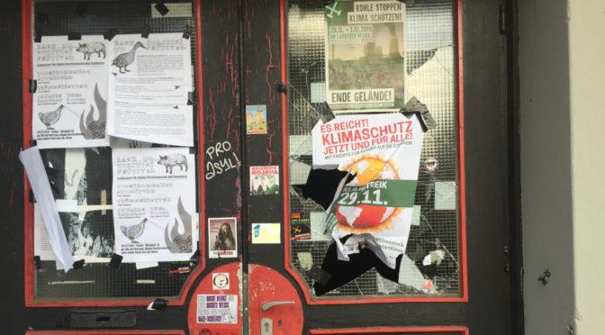 Unbekannte schlagen am 8. Dezember 2019 eine mit Drähten verstärkte Scheibe am selbstverwalteten Jugendzentrum Tonne ein.