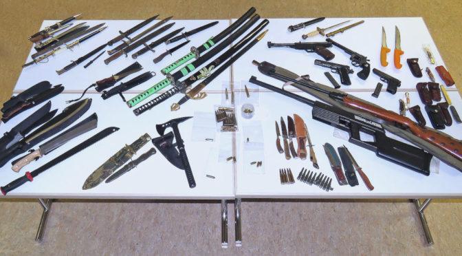 Polizei stellt Waffenarsenal mit NS-Symbolen in Durach sicher