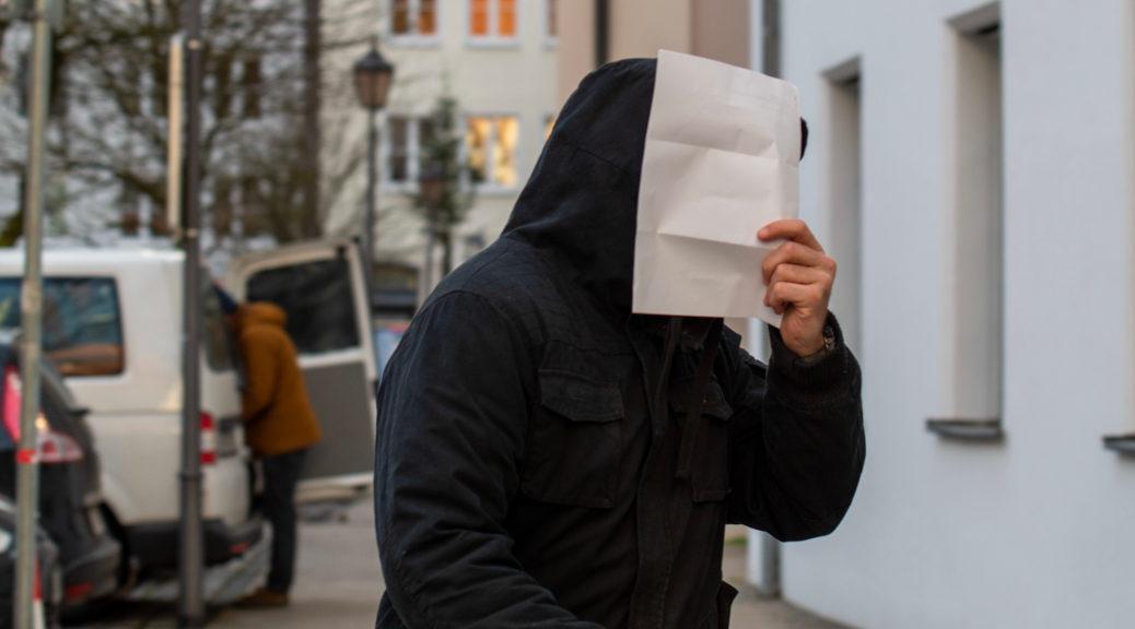 Neonazi-Plattenproduzent Benjamin Einsiedler auf dem Weg zu seinem Prozess am Landgericht Memmingen, wo er sich am 10. Januar 2020 die Ergebnisse der Überwachung gegen und einige seiner CDs ihn anhören musste.