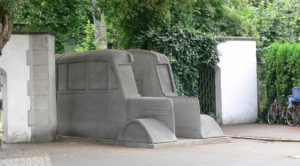 """In den Jahren 1940 und 1941 wurden im Rahmen der """"Aktion T4"""" 691 Patienten in Bussen nach Grafeneck deportiert und dort ermordet. 2006 wurde zum Gedenken an die Opfer das bundesweit beachtete Denkmal der grauen Busse errichtet; ein Teil des zweiteiligen Denkmals wechselt seinen Standort und wurde seither an mehreren Orten in Deutschland aufgestellt."""