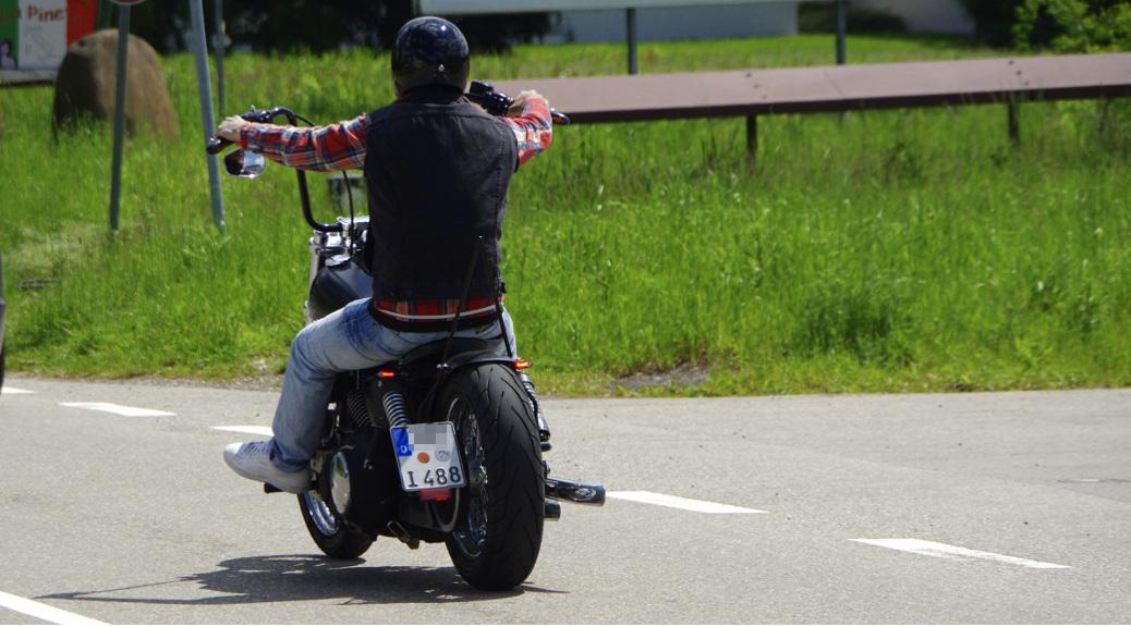 Bernd F. auf einem Motorrad, dessen Kennzeichen auf I488 endet. Der Zahlencode gilt in Neonazikreisen als Anspielung auf die »Fourteen Words«, einen vor allem unter weißen Rassisten verbreiteten Glaubenssatz des Rechtsterroristen David Eden Lane.