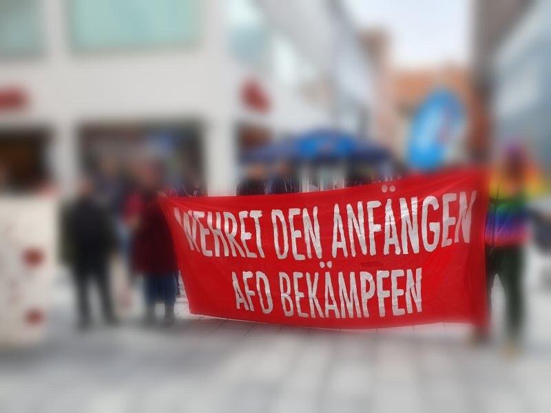 »Wehret den Anfängen - AfD bekämpfen« fordern Gegner*innen der AfD als sie am 29. Februar spontan gegen einen Wahlkampfstand der Rechtsaußenpartei demonstrieren.