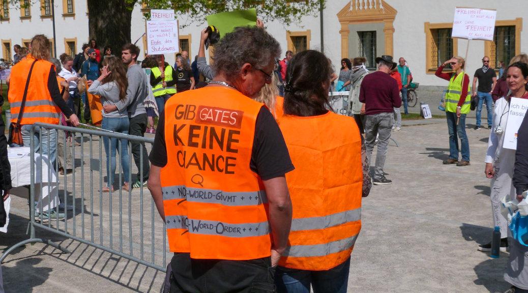 Der Attentäter, der bei einem Anschlag im Februar in Hanau aus einem rassistischen Motiv heraus zehn Menschen ermordete, wies eine ideologische Nähe insbesondere zu QAnon auf. Auf die selbe Verschwörungsphantasien beziehen sich am Samstag in Kempten auch Teilnehmende in Warnwesten.