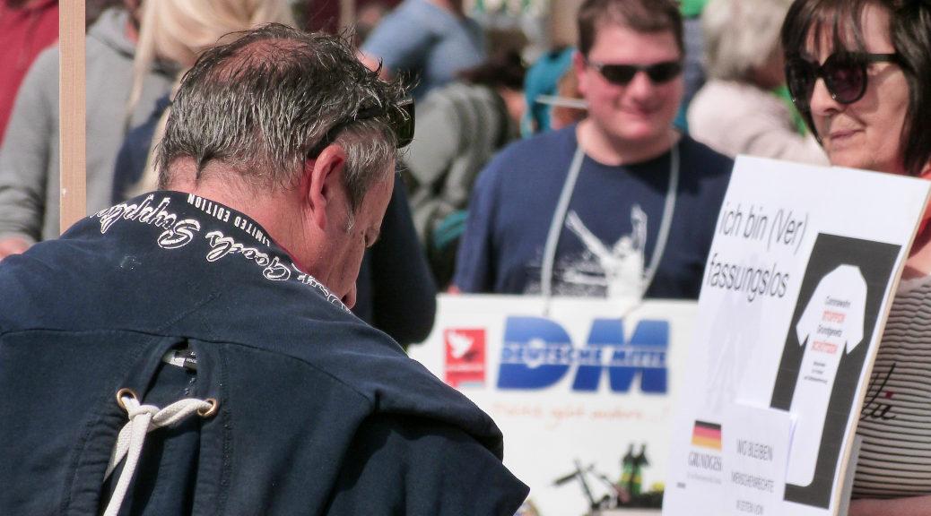 Auch die Reichsbürger-Szene mischt bei den vielerorts von rechten Agitatoren dominierten sogenannten Grundrechte-Demos mit. Hier in Kempten.