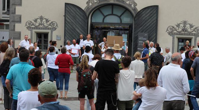 Mehr als 30 Menschen nahmen an einer Versammlung gegen die Corona-Maßnahmen teil.