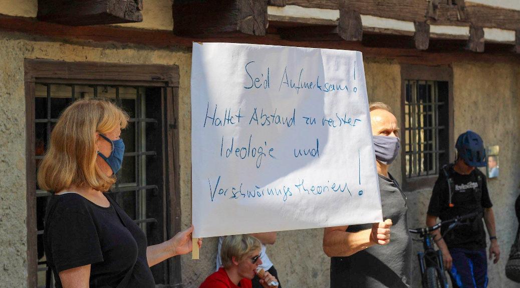 Während eine kleine Gruppe auf dem Rivoliplatz in Ravensburg »Grenzenlose Solidarität« fordert und sich für Klimaschutz, Feminismus und einen vernünftigen Umgang mit der Corona-Krise stark macht, versammeln sich 1500 mit Rechten an der Oberschwabenhalle.