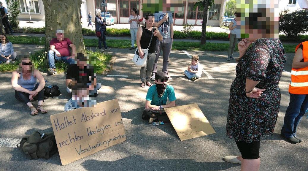 Kritiker_innen entschieden sich am Samstag für eine kritische Intervention mit ihren Forderungen am Rande der Alternativ-Veranstaltung. in Wangen.