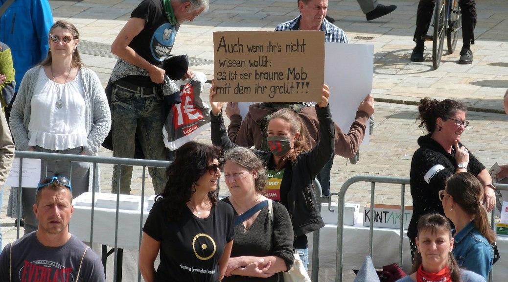 »Auch wenn ihrs nicht wissen wollt: Es ist der rechte Mob, mit dem ihr grollt«! So kritisiert eine Antifaschistin am 16. Mai die selbsternannten Querdenker in Kempten.