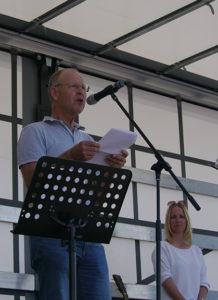 Dr. Jochen Welte spricht auf der Nicht ohne uns!-Veranstaltung an der Ravensburger Oberschwabenhalle.