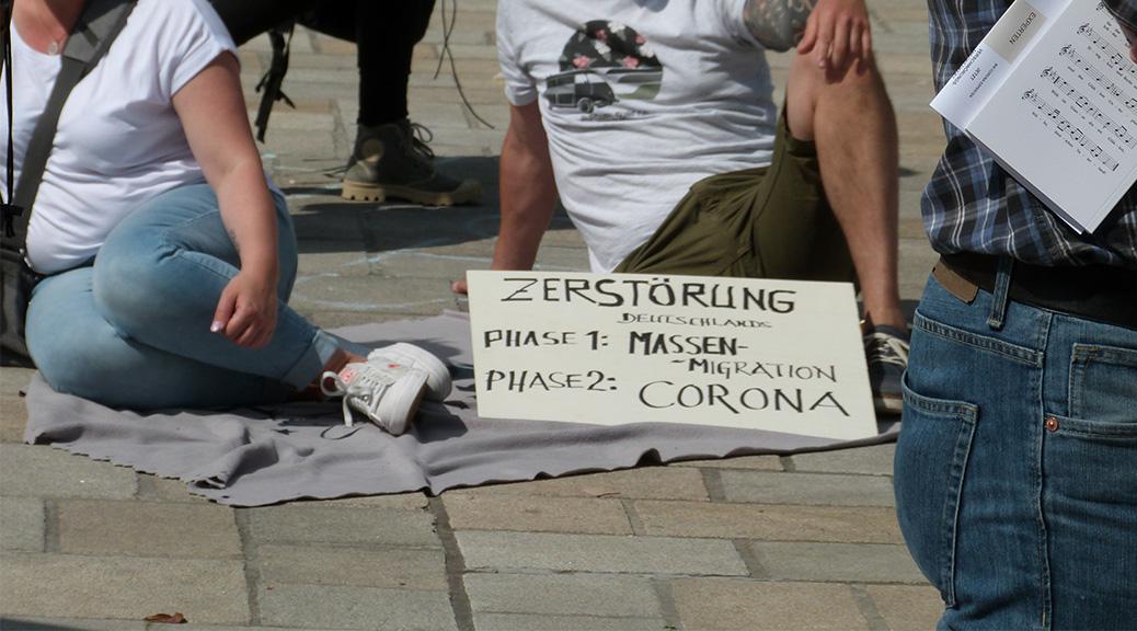 »Zerstörung Deutschland. Phase 1: Massenmigration. Phase 2: #Corona«, heißt es auf einem Schild auf der #Hygienedemo