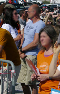 Ein Teilnehmer der Nicht ohne uns!-Demo in Ravensburg bekennt sich mit einem T-Shirt zur rechtsradikale geprägten QAnon-Bewegung.