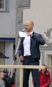 Rico Albrecht spricht in Ravensburg. Über die »Wissensmanufaktur« verbreitet er Verschwörungstheorien.