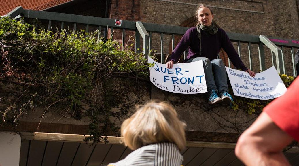 In Flensburg begegnete der Grundrechte-Demo am 25. April 2020 kreativer Protest, der sich kritisch mit Querfrontbildung und Grundrechtseinschränkung auseinandersetzte.