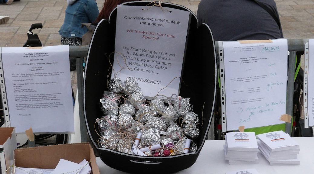 Auch sogenannte Querdenkerbommel - zusammengeknüllte Alufolie, die Verschwörungsgläubige in Anlehnung an den Aluhut als Erkennungszeichen nutzen - wurden am Samstag in Kempten gegen Spende verteilt.