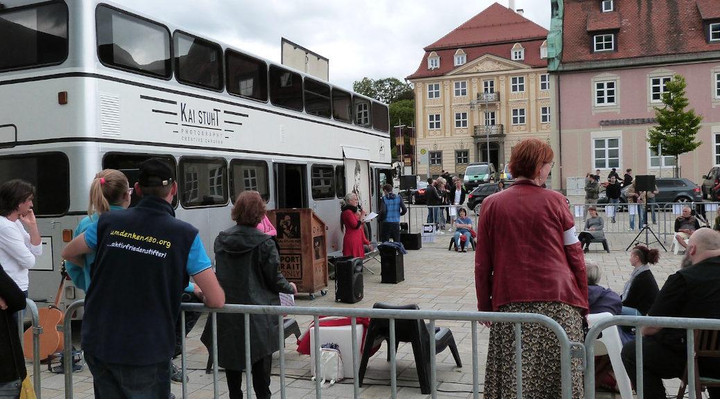 Der bayernweite Trend abnehmender Teilnehmendenzahlen zeigte sich am Samstag auch bei der sogenannten Grundgesetz-Demonstration in Kempten.So kamen trotz Unterstützung aus Berlin durch Kai Stuth und seinen Meditations-Caravan nur knapp über 100 Menschen zusammen.