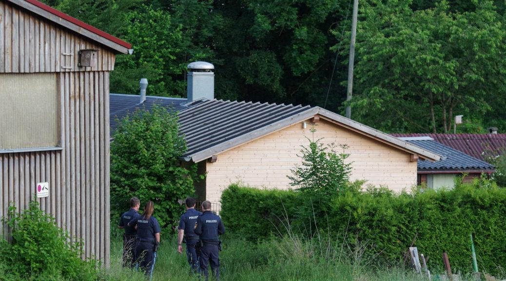 Nach einer kurzen Unterhaltung mit den Neonazis am Voice of Anger-CLubhaus, verließ die Polizei die Örtlichkeit zunächst wieder.