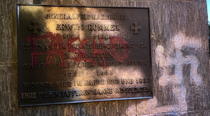 Ein Hakenkreuz wurde neben eine Gedenktafel für den NS-Kriegsverbrecher Erwin Rommel in Weingarten geschmiert.