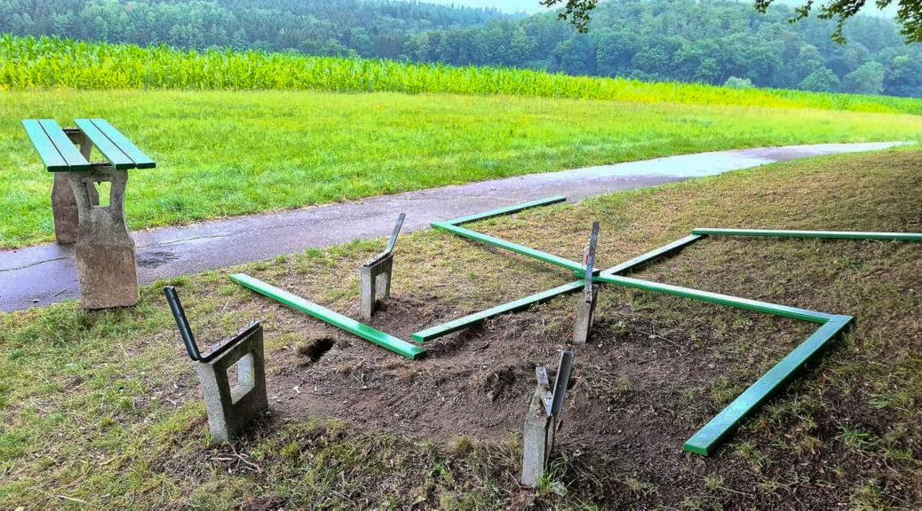 Unbekannte reißen die Holzlatten einer Parkbank auf einem Feldweg bei beim Heilbad Krumbad heraus und legen sie zu einem großen Hakenkreuz auf den Boden.