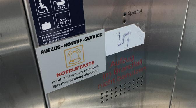 Hakenkreuz in Bahnhofsaufzug