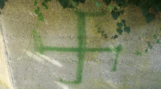 Hakenkreuz an Friedhofswand geschmiert