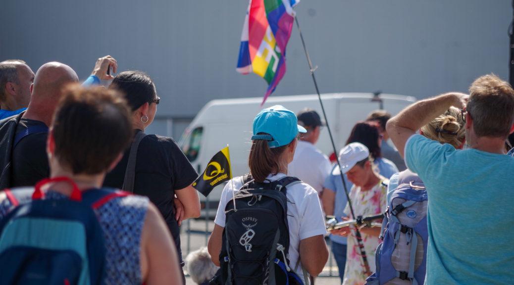 Auch Embleme der Verschwörungsmythen um QAnon waren in Ravensburg wieder zu sehen,über die auf den sogenanntenCoronademos eine Radikalisierung der Teilnehmenden nach Rechtsaußen vorangetriebenwird.