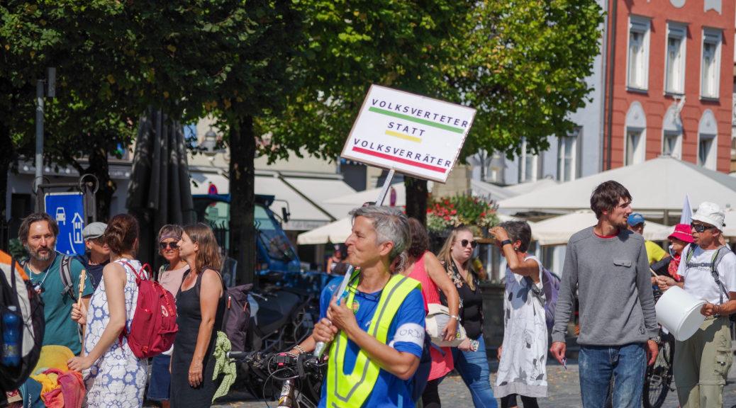 Mit einem Schild wendet sich eine »Querdenkerin« am 13. September gegen »Volksverräter«, einem zentralen Begriff der NS-Propaganda und-Rechtsprechung, mit dem jegliche Kritik an der nationalsozialistischen Ideologie, insbesondere der rassisch definierten Volksgemeinschaft brutal niedergeschlagen wurde.