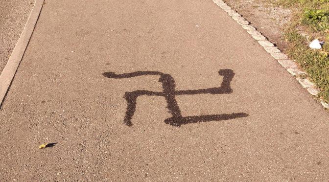 Hakenkreuz auf Gehweg geschmiert