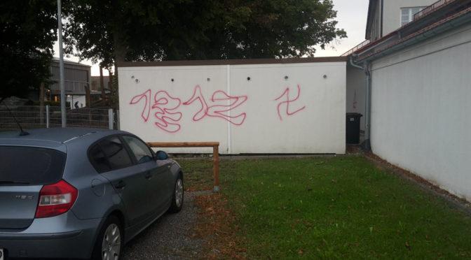 Hakenkreuz-Schmiererei neben Grundschule