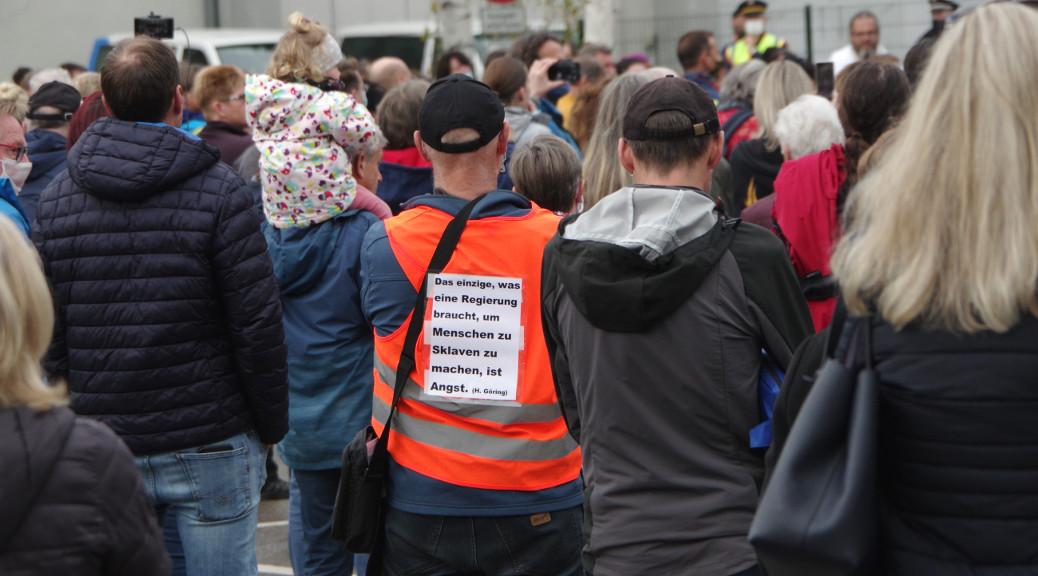 Laut Polizei sollen die Versammelten die Auflagen zum Abstand »weitestgehend eingehalten« haben. Gegen 37 von rund 400 von ihnen werde wegen Verstößen gegen das IFG ermittelt.