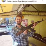 Auch mit Waffe sieht man Wjatscheslaw Seewald im Internet posieren. (Screenshot Instagram)