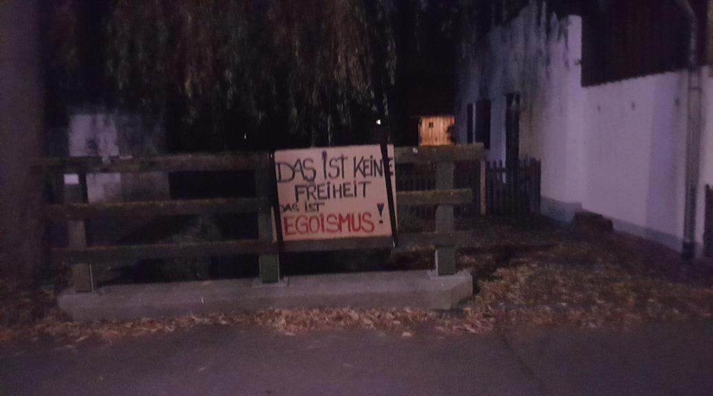 Ein Plakat warf dem »Lichtermarsch« von Querdenken am Samstag in Obergünzburg vor, nicht für Freiheit, sondern Egoismus zu stehen, ein Transparent forderte »Solidarität statt Verschwörungswahn«.