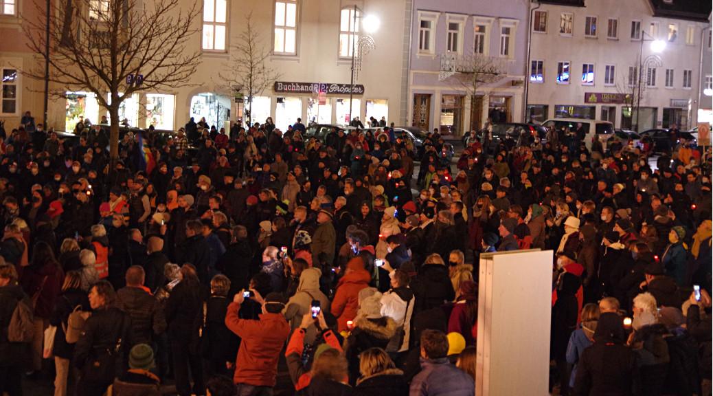 Mehr als 500 Menschen folgten den NS-relativierenden Reden vom Corona-Info-Bus in Kempten.